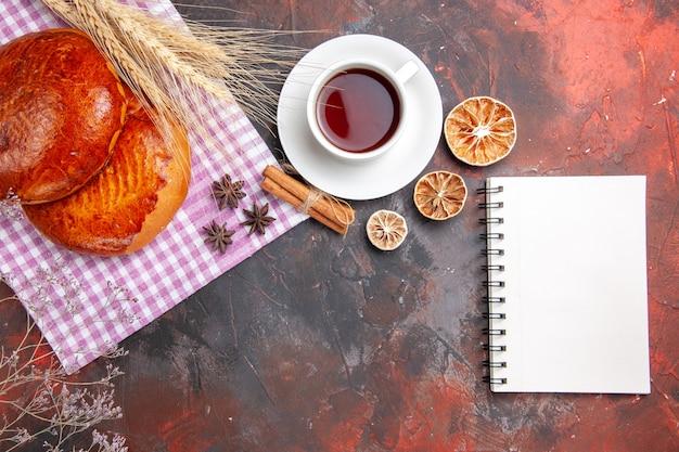 Vista dall'alto di deliziose torte a fette con bacche rosse
