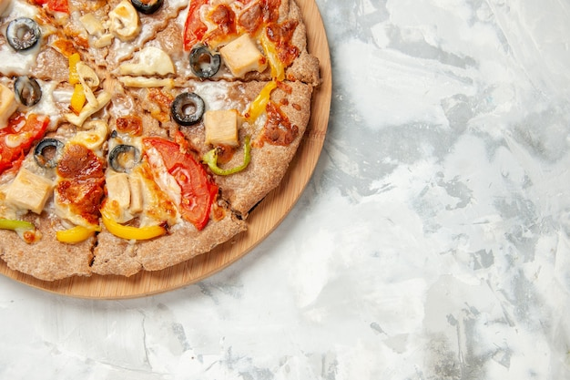 上面図白い背景にチーズトマトとオリーブのおいしいピザファーストフード配達食事生地パイケーキ焼き