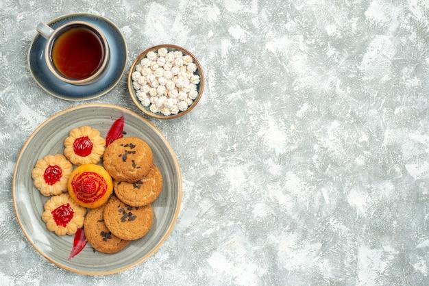 上面図クッキーと白のお茶とおいしい砂のビスケット