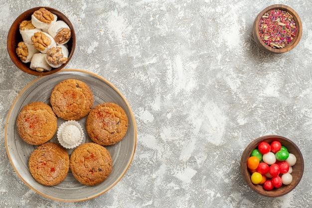 上面図白い背景の上のプレート内のおいしい砂のクッキー