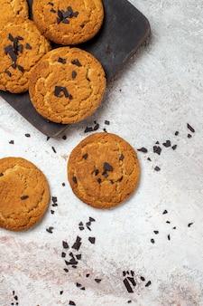 Vista dall'alto di deliziosi biscotti di sabbia dolci perfetti per il tè sulla superficie bianca