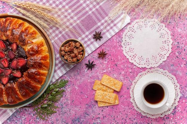 Torta fruttata torta di fragole gustosa vista dall'alto sul rosa