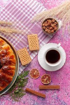 上面図おいしいストロベリーパイフルーティーケーキとピンクのお茶