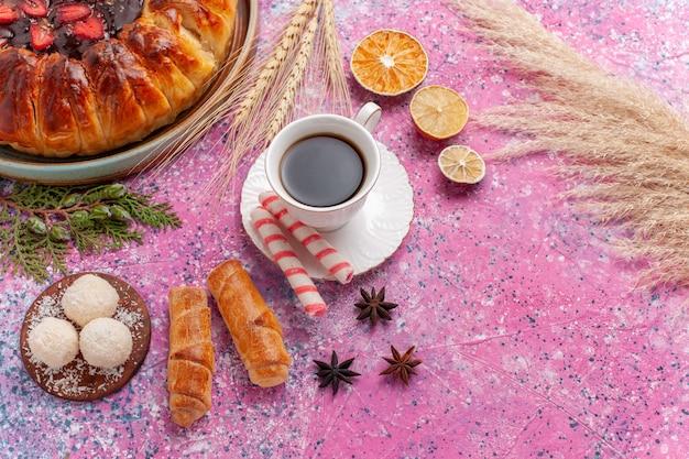 上面図ピンクのゼリーとフルーツとおいしいストロベリーパイフルーティーケーキ