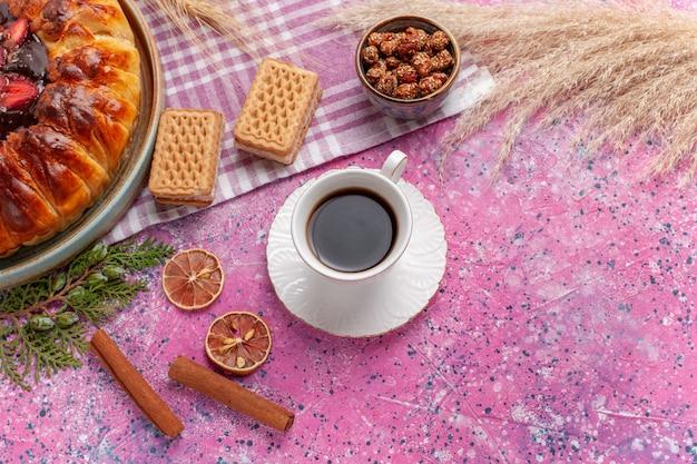 上面図おいしいストロベリーパイフルーティーケーキとワッフルとピンクのお茶
