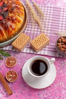 トップビューワッフルとお茶のおいしいストロベリーパイフルーティーケーキ