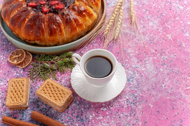 ピンクのお茶とワッフルのトップビューおいしいストロベリーパイ