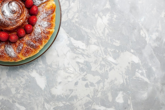 Вид сверху вкусный клубничный пирог с сахарной пудрой на светло-белом фоне