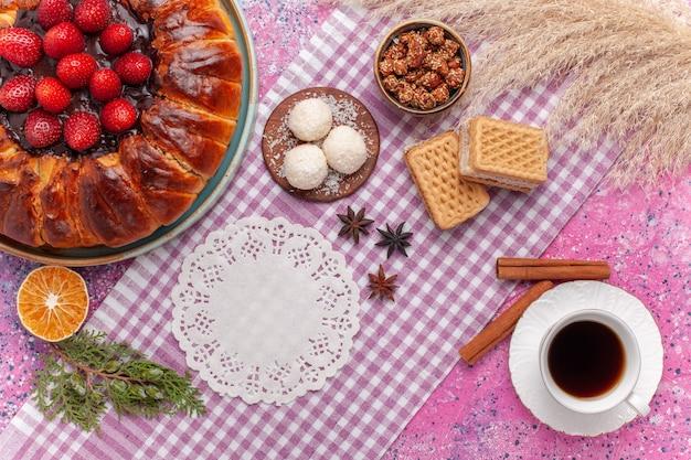 핑크에 와플과 차 한잔과 함께 상위 뷰 맛있는 딸기 파이