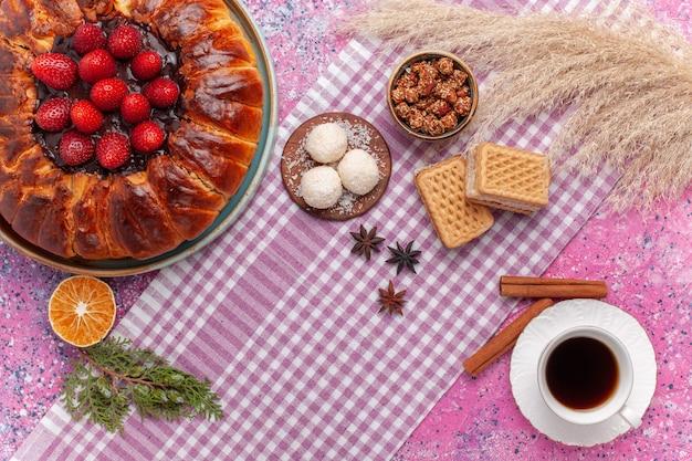 ワッフルとピンクのお茶のトップビューおいしいストロベリーパイ