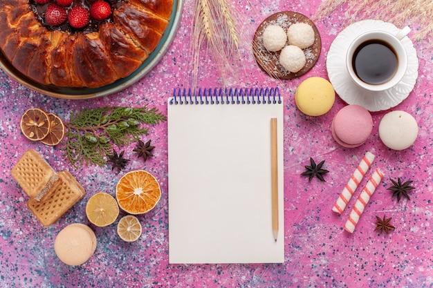 ピンクにワッフルとフレンチマカロンを添えたトップビューのおいしいストロベリーパイ