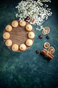 上面図青い背景のおいしい甘いビスケットクッキーシュガーケーキパイティー写真デザート