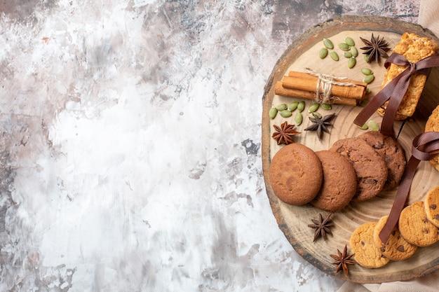 トップビューライトテーブルカラーのおいしい甘いビスケットココアシュガーティークッキー甘いケーキパイの空きスペース