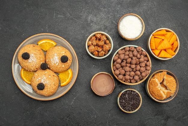Vista dall'alto gustosi biscotti dolci con cips sul tè della torta di biscotti con biscotto di colore scuro della superficie