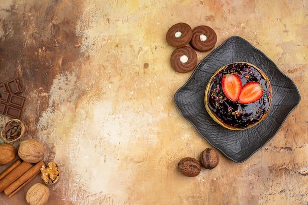 木製の机の上にクッキーとおいしい甘いパンケーキの上面図