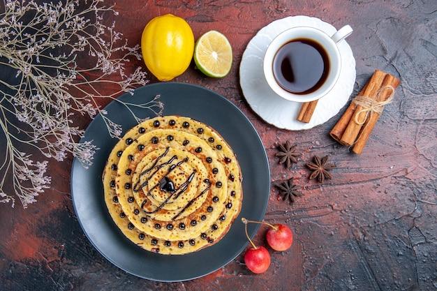 어두운 표면에 차와 함께 상위 뷰 맛있는 달콤한 팬케이크
