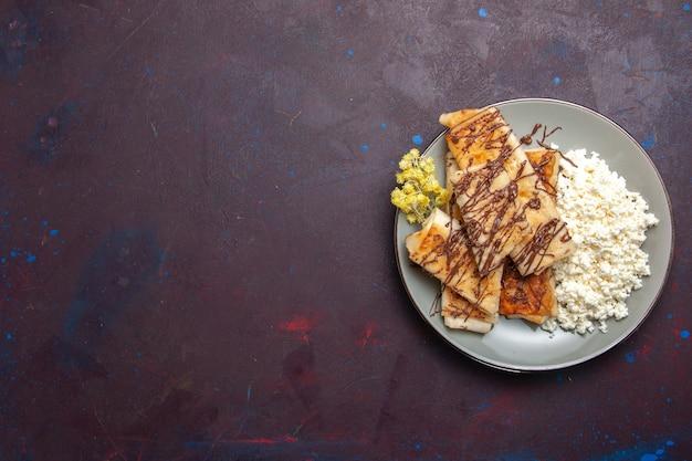 トップビュー暗い背景にカッテージチーズとおいしい甘いペストリークッキービスケットシュガースイートケーキティー