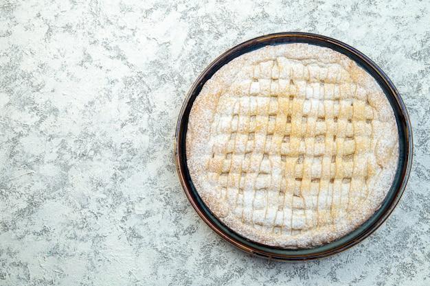 Вид сверху вкусный сладкий пирог сахарная пудра внутри сковороды на белом фоне торт выпечка выпечка сахарное печенье чай