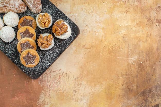 Вкусные сладости с печеньем на деревянном столе, вид сверху