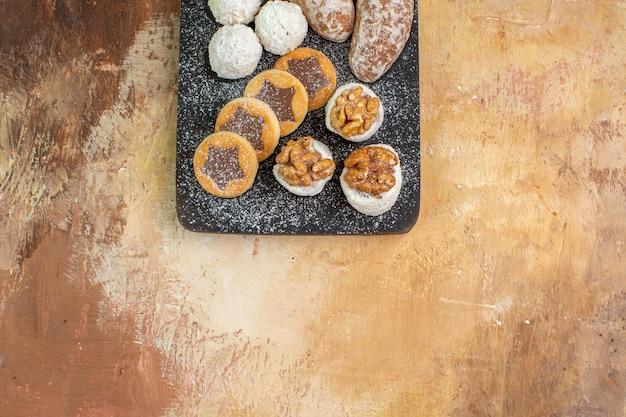 木製の机の上のクッキーとトップビューおいしいお菓子