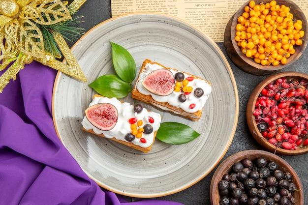 Vista dall'alto gustose torte waffle con frutta fresca su sfondo scuro