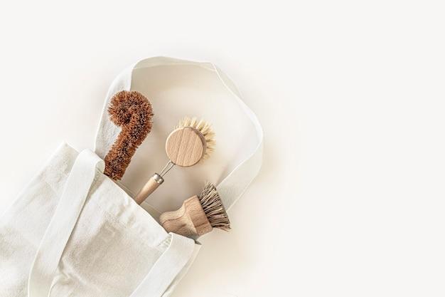 흰색 배경에 상위 뷰 제로 폐기물 부엌 청소 도구