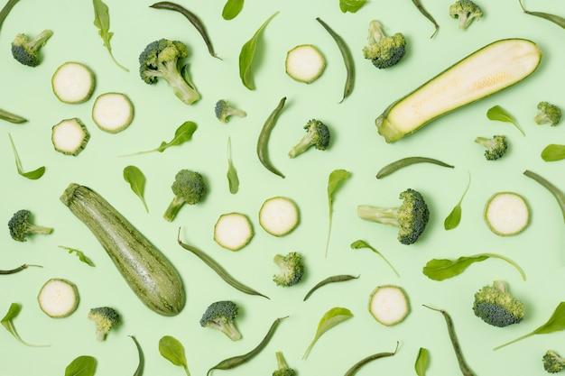 Vista dall'alto zucchine e broccoli sul tavolo