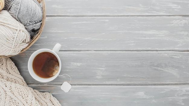 Верхняя чашка чая и пряжа с копией пространства