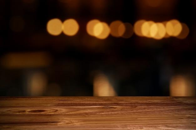 Верхний деревянный стол с размытым фоном