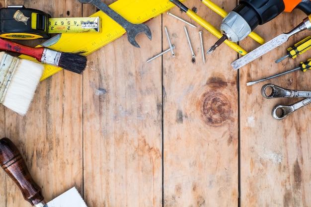 Top просмотр рабочих инструментов на деревянном фоне.