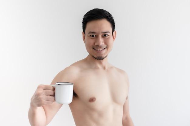Топлес здоровый азиатский мужчина пьет здоровый кофе на изолированном пространстве.