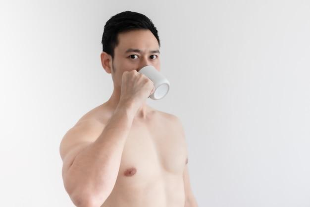 Топлесс здоровый мужчина пьет здоровый кофе изолированные