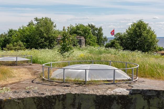 かつてのフォートリーフ地下シェルターの頂上とロシアのクロンシュタット市の旗