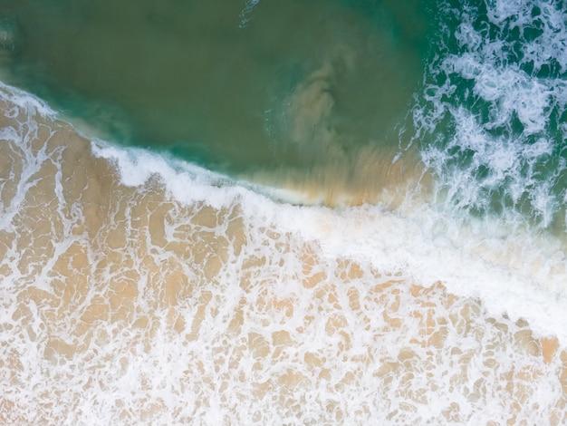 Topview 해변 모래와 서핑 공중보기 열대 해변 안다만 해 푸켓 태국