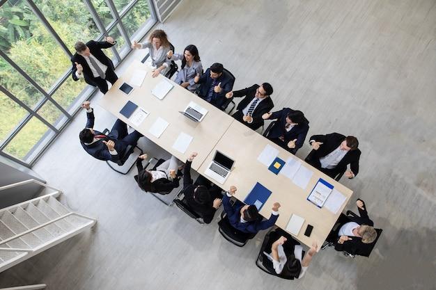 회의에서 회의실 기업 비즈니스 팀 및 관리자에서 일하는 topview 비즈니스 사람들