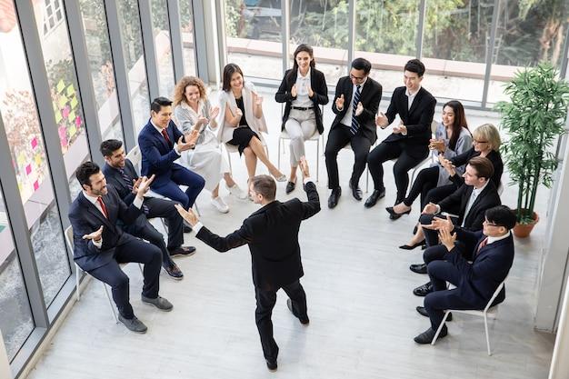 Topview деловые люди, работающие в конференц-зале, корпоративная бизнес-команда и менеджер