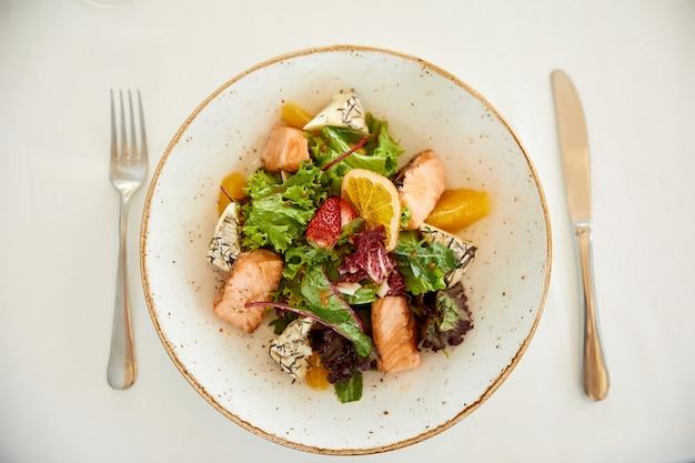 Цветочная салат из свинины с сыром и листьями салата