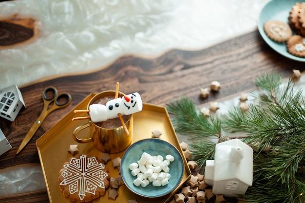 Стол topview с новогодним декором снеговики из зефира, украшенные имбирными пряниками сахарной глазурью ...
