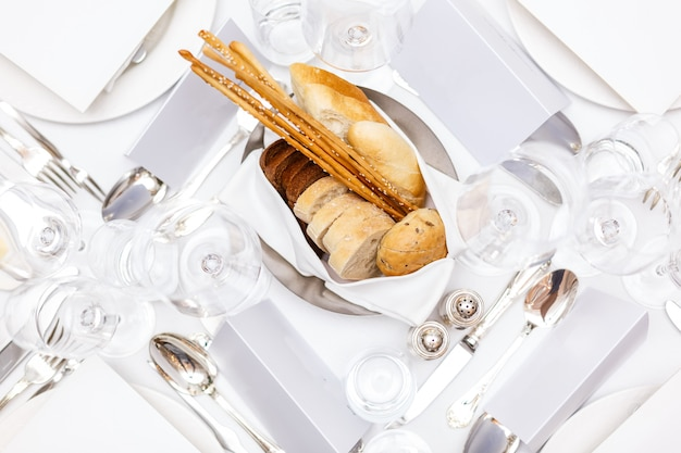パンとパンの宴会のためのテーブルセッティングのtopview