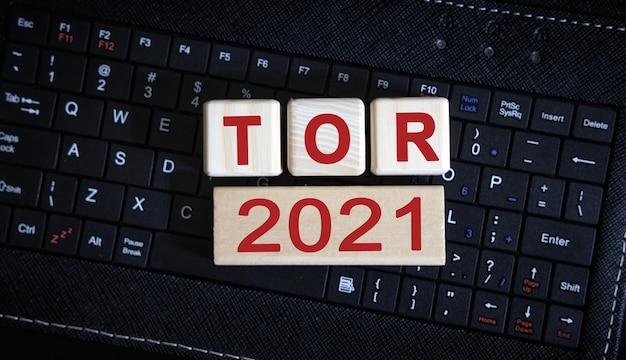 Tor 2021 개념. 블랙 키보드에 나무 큐브