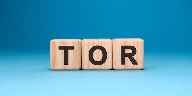 파란색 표면에 tor 단어 큐브. 비즈니스 개념.