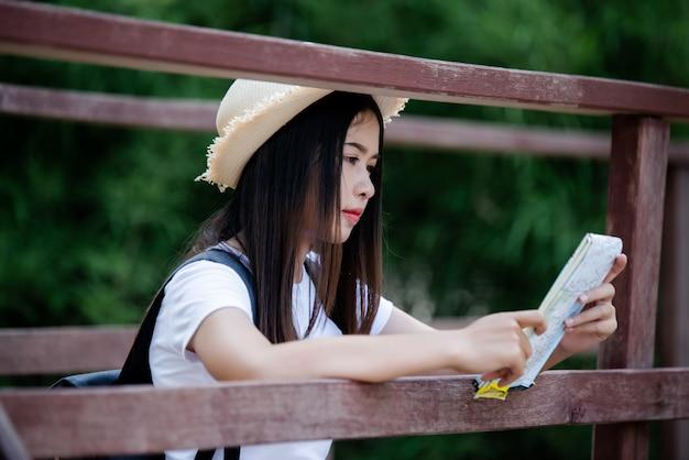 Образ жизни красивая женщина счастливым torist путешествовать в дикие поездки походы во время каникул.