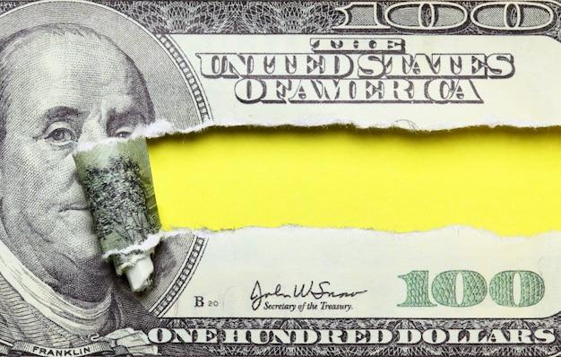 Разорванная банкнота 100 долларов с местом для вашего собственного текста