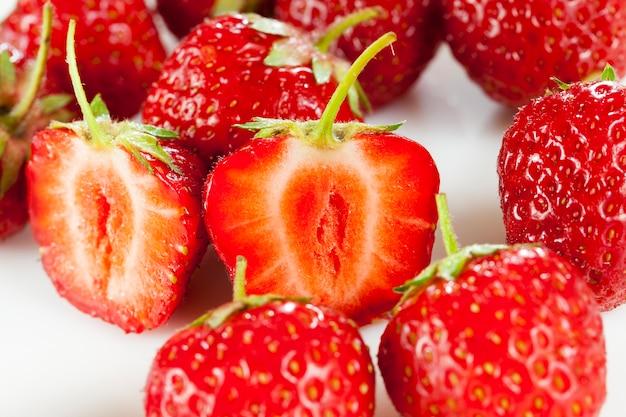요리하는 동안 딸기의 찢어진 된 열매