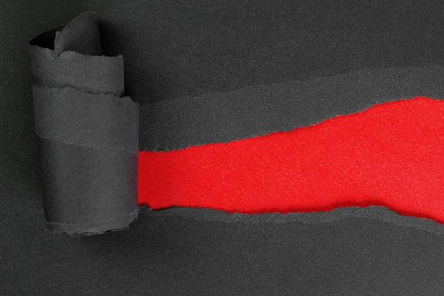 빨간색 복사 공간이 있는 찢어진 검은색 종이