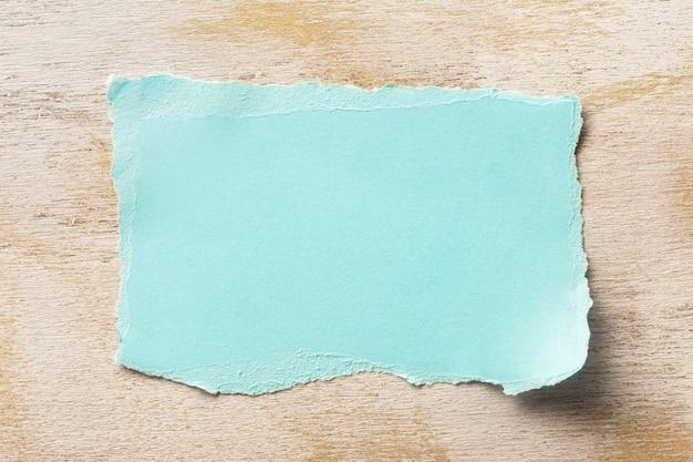 Разорванный чистый лист бумаги с копией пространства крупным планом