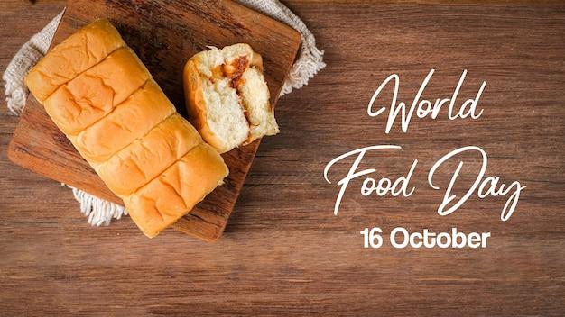 Рваный хлеб с начинкой из говяжьей нити и майонезом на деревянном столе с надписью всемирный день продовольствия