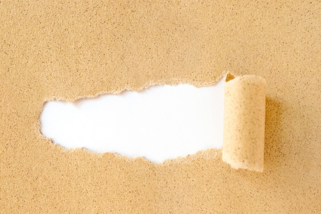 Рваная коричневая картонная бумага