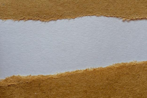 白い背景の破れた茶色の紙。メッセージスペース