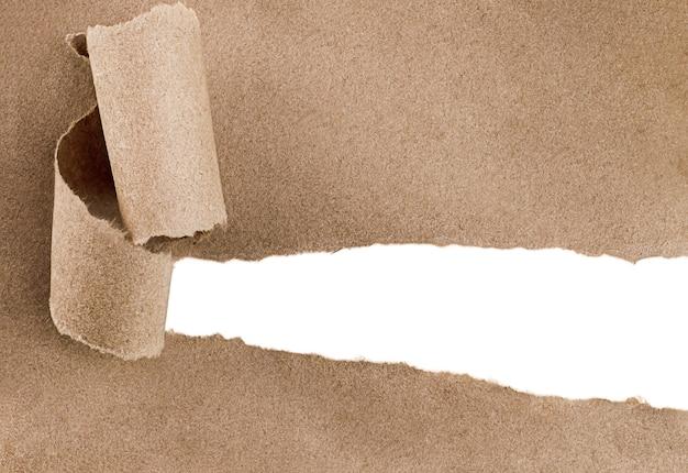 Рваная коричневая бумага с белой копией пространства